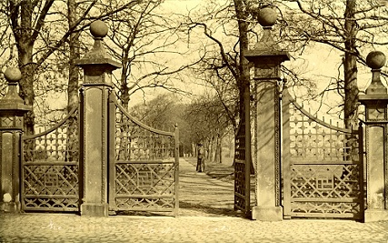 The gates that were on Stockport Road